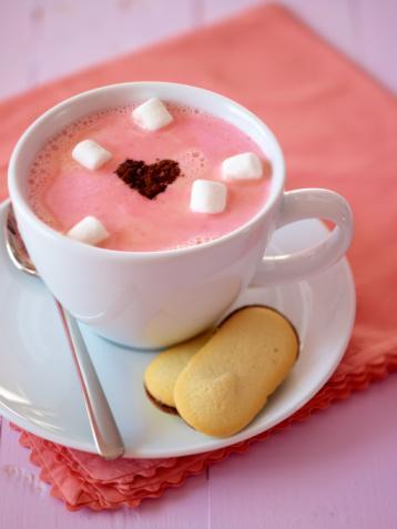Tatlı isteğinizi masum seçenekler ile durdurun.  Bir kupa sıcak çikolata veya sahlep içmek ya da bir adedi 100 kaloriyi geçmeyen tam tahıl barlarını tüketmek de rahatlatıcı çözümler olabilir. Aşıkken tek çeşit beslenmekten kaçının,  bitki çaylarının gücünden faydalanın, tam tahılları ve kuru baklagilleri sofradan eksik etmeyin. Tam tersi durumda sevgilimden ayrıldım diye buzdolabının önüne kamp kurmak yerine;  egzersiz yapın, 100 kaloriyi geçmeyen tahıl barları atıştırın.