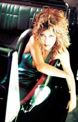 Hande Yener ilk albümünü çıkardığında 30'lu yaşlarının başındaydı.