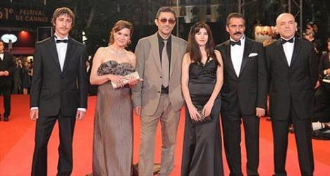 Özellikle Nuri Bilge Ceylan'ın filmlerinden hatırlayacağımız Nazan Kırılmış Kesal'ın eşi olan Ercan Kesal, aynı zamanda bir oyuncu. 1959 doğumlu Kesal, ilk başrolünü üstlendiği Üç Maymun'da oynadığında neredeyse 50 yaşındaydı.