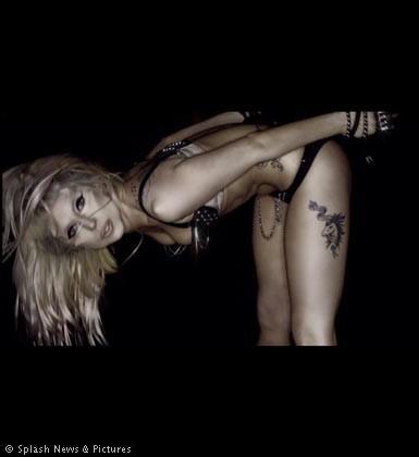 Çılgın şarkıcı Lady Gaga yine sıradışı bir klibe imza attı. Borm This Way şarkısı için çektiği klipte Lady Gaga hayranlarının karşısına bu kez iskelet makyajıyla çıktı.