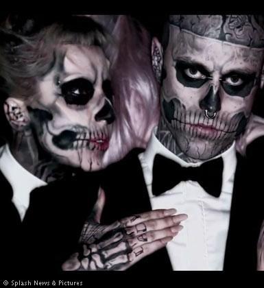 Şarkıcı kliplerinde sıklıkla ölüm, gizem ve cinsellik temalarına yer veriyor.