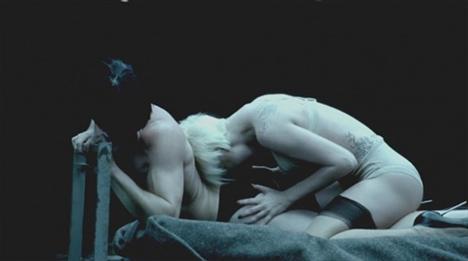8 dakikadan biraz daha uzun süren ve kısa bir filmi andıran klipte Lady Gaga ve onun aşkına karşılık vermeyen bir grup eşcinsel askerin öyküsü anlatılıyor.  (Milliyet)