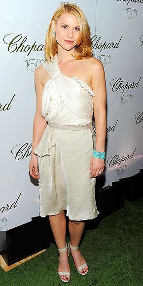 Claire Danes genellikle tek omuzlu elbiseler giyerek, dikkati göğüslerinden omuzlarına çekiyor.