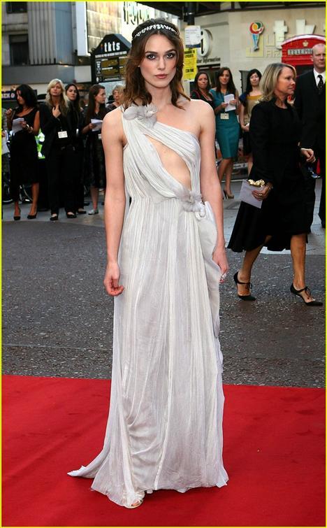 Keira Knightley; Kefaret filminin galasında giydiği tuvaletiyle küçük göğüslerinden rahatsız olmadığını kanıtlamıştı.