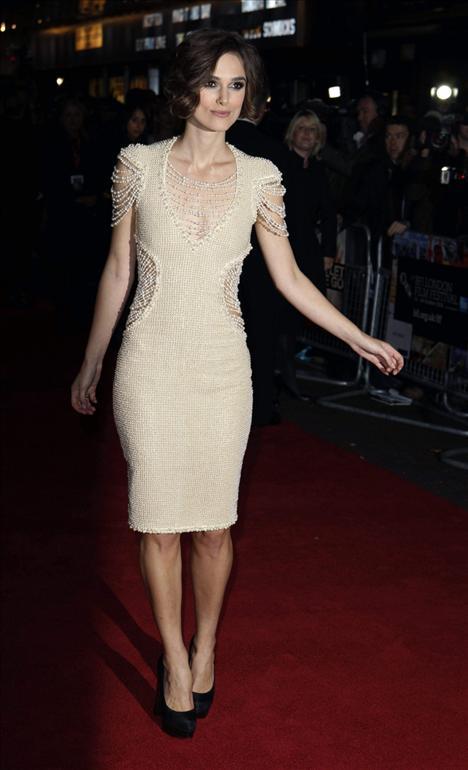 Uzun, sarışın,  zayıf ve büyük göğüslü kadın tiplemesinin egemen olduğu Hollywood' da kadın oyuncular açısından ciddi bir baskı söz konusu diyen Knightley,  davetlerde küçük göğüslerine rağmen cesur göğüs dekolteleriyle karşımıza çıkıyor.