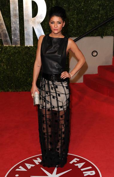 Gossip girl dizisinin yıldızlarından Jessica Shozr'un bu siyah, yarı transparan elbisesi ise Chris Bens İlkbahar - Yaz 2011 koleksiyonundan.