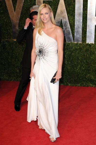 Charlize Theron Versace Atalier 2011 ilkbahar- yaz sezonundan bir elbise seçmiş.