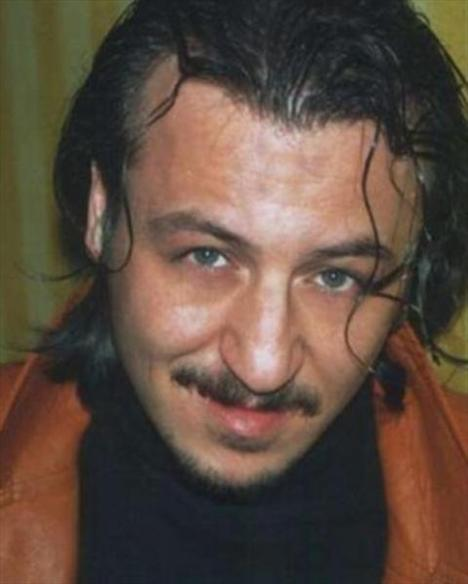 Ankara Üniversitesi DTCF Tiyatro Bölümü'nü bitiren Falay, çeşitli özel tiyatrolarda ve Ankara Devlet Tiyatrosu' nda iki yıl çalıştıktan sonra, 1997 yılında kuruluş sınavıyla beraber İzmit Şehir Tiyatrosu sanatçısı oldu.