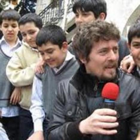 Horozoğlu, 2001 yılında Anadolu Üniversitesi Devlet Konservatuarı Tiyatro Bölümü'nden mezun oldu.   İstanbul Devlet Tiyatrosu, Çığır Sahnesi Oyuncuları, Semaver Kumpanya gibi çeşitli topluluklarla çalıştı.
