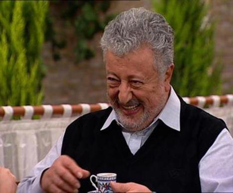 1967 yılında Türkiye'nin ilk kabare tiyatrosu olan Devekuşu Kabare Tiyatrosu'nun kurucuları arasında yer aldı.   Kurulduğu andan itibaren kapanana kadar tiyatronun idari müdürlüğünü yaptı. Birçok filme de imza atan sanatçı, Zeki Alasya ile birlikte oynadığı toplumsal içerikli komedi filmleriyle tanındı.