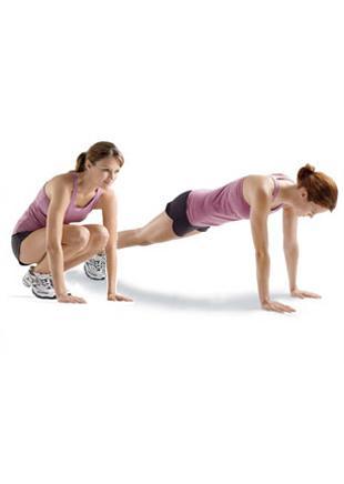 Squat Thrusts Gövde ve bacakları çalıştırıyor.  Bacaklarını bitiştir ve kollarını gövdenin iki yanına koy. Dizlerini kırarak çömel. Avuçlarını, ayaklarının hemen önüne, yere koy (a). Kollarından destek alıp sıçra ve ayakları arkaya uzatarak plank pozisyonuna geç (b). Bacakları tekrar öne getirip ilk pozisyonuna geri dön. Ayağa kalk, 12–15 kez tekrarla.