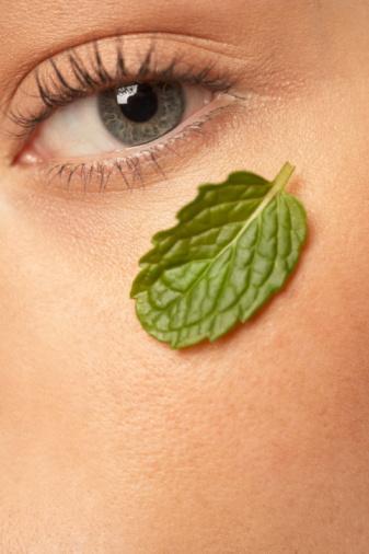 Papatya, zambak ve lavanta da göz altı şişliklerine iyi gelir. Aynı işlemi bu bitkilerle de uygulayabilirsiniz.