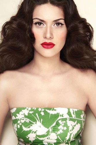 Binbir Gece dizisinde düz ve toplu saçlarla görmeye alıştığımız Bergüzar Korel, bukleleli saçlarıyla adeta büyülüyor.