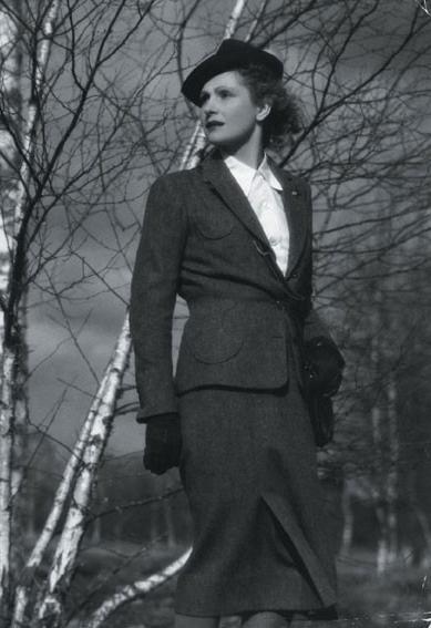 Film: The Rules of the Game (1939) Modacı: Coco Chanel  Hayatın kuralları 1939 yılında Jean Renoir'in yönettiği ve kostümlerini de Coco Chanel'in tasarladığı bir film. Filmde bir gurup entelektüel arkadaşın hikayeleri konu ediliyor. Filmde kullanılan kıyafetler ise Chanel'in klasik ve elegan tarzını yansıtıyor.