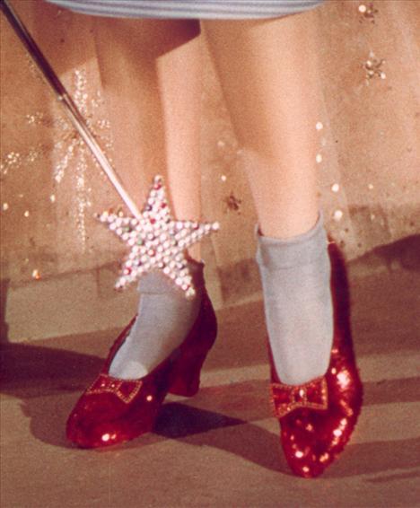 Film: The Wizard of Oz (1939)  Modacı: Salvatore Ferragamo  Oz büyücüsünde Judy Garland'ın canlandırdığı Dorothy karakterinin giydiği büyülü kırmızı ayakkabıları hatırlıyor musunuz? İşte o yakut rengi kırmızı ayakkabılar bu gün bir stil simgesi. Salvatore Ferragamo bu ayakkabıları 1939 yılında tasarlamıştı.