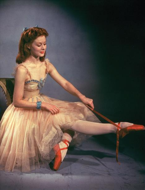 Film: The Red Shoes (1948)  Modacı: Jacques Fath  Kırmızı ayakkabılar başrolünde bale'nin ve balerinlerin olduğu bir film. Filmde büyülü ayakkabıları giyen genç bir balerinin hikayesi anlatılıyor. Filmin başkarakteri Vicky Page'in giydiği harika kostümleri de zamanın ünlü modacısı Jacques Fath hazırlamıştı.
