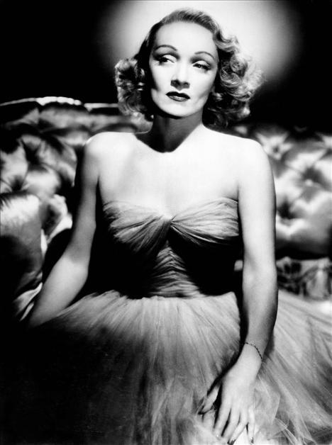 Film: Stage Fright (1950)  Modacı: Christian Dior  Alfred Hitchock'un en iyi thrillerlarından biri olan sahne korkusunda filmin başrol oyuncusu Marlene Dietrich, filmde ünlü modacı Christian Dior'un tasarımlarını giyiyordu. Hatta 1951 yılında düzenlenen Oscar ödülleri töreninde güzel yıldız yine Dior tasarımı bir tuvalet giymişti.