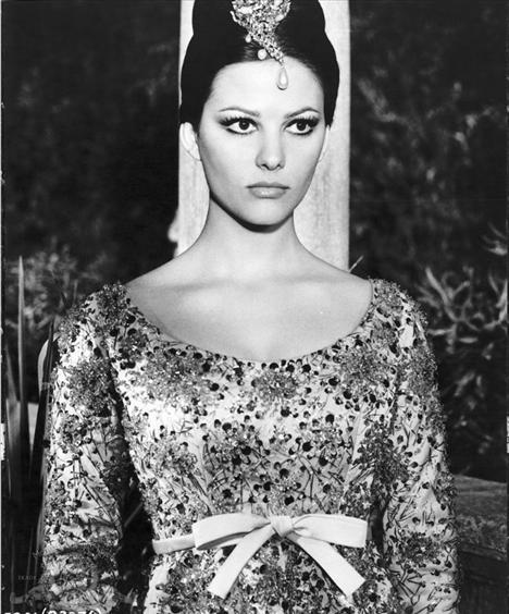 Film: Pembe Panter (1963)  Modacı: Christian Dior  Dior'un çırğı Yves Saint Laurent, ustasının izinden Hollywood'a adım atanlardan. 1963 yılında genç Yves Saint Laurent, Pembe Panter filminin güzel oyuncusu Claduia Cardinale için harika tuvaletler tasarlamıştı. 60'ların sonlarına doğru da Yves Saint Laurent başka bir oyuncu, güzel Cathrine Deneuve için Gündüz Güzeli filmine özel kıyafetler tasarlamıştı.