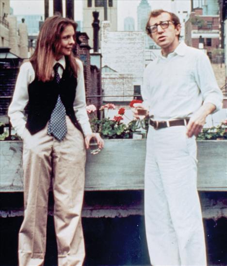 Film: Annie Hall (1977)  Modacı: Ralph Lauren  Annie Hall filminde Diane Keaton'ın giydiği boyish kıyafetler, bu gün bile moda ikonlarının ders kitabı niteliğinde. Tabii bu şıklık için teşekkür edilmesi gereken kişi kostümler için hem Diane Keaton'ın kendi dolabını hem de Ralph Lauren'in tasarımlarını kullanan tasarımcı Ruth Morley.