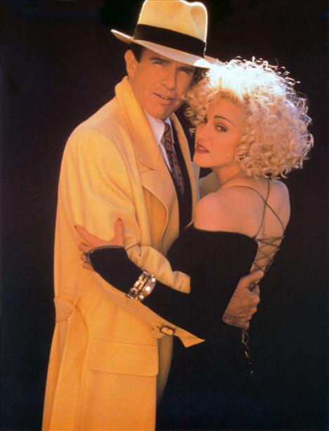 Film: Dick Tracy (1990)  Modacı: Burberry  Çizgiromandan beyaz perdeye uyarlanan bir film olan Dick Tracy, yetenekli bir özel dedektifin maceralarını anlatıyordu. Filmde Dick Tracy'nin giydiği sarı trenchcotu ise Burberry bu film için özel tasarlamıştı.