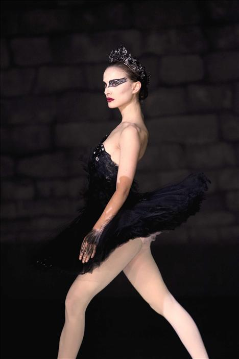 Film: Black Swan (2010)  Modacı: Rodarte  Oscar ödüllü film Siyah Kuğu'da film boyunca bale kostümleri giyiliyor olabilir, ama bu kostümler Rodarte ve Amy Westscott sayesinde harika görünüyor.