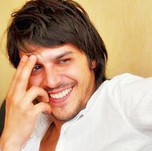 Günsur, daha sonra oyunculuğu meslek olarak seçti. Bugün Türkiye'nin en ünlü aktörlerinden biri.