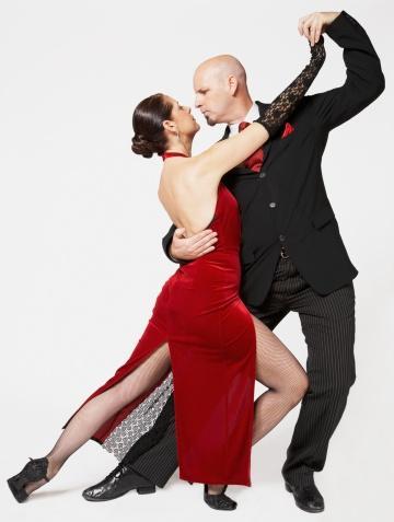 """Dans etmek: Yarım saatte 103 kalori Biraz 'dirty dancing' –kıyafetleriniz üzerinizde olsa dahi- sizin ve partneriniz için iyi bir egzersiz olabilir. Birlikte dans dersleri alan çiftlerin evde pratik yapması için de iyi bir bahane! Ayrıca: """"Bilimsel araştırmalar göstermiştir ki herhangi bir aerobik egzersizinden sonra kadınlar daha kolay tahrik oluyor ve uyarılıyorlar"""" diyor Doktor Barbara Bartlik – New York'lu psikiyatrist ve seks terapisti. Yavaş dans etmek hoş ama birkaç sürpriz eklemelisiniz ki gerçekten işe yarasın; öpüşmek, ısırmak ve dokunmak gibi… Adımları sıklaştırmayı da unutmayın!"""