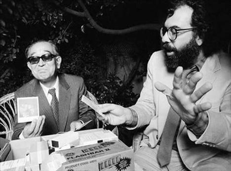 Francis Ford Coppola, Akira Kurosawa'ya yeni polaroid fotoğrafını gösteriyor.