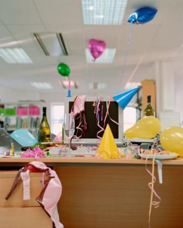 Ofis Partisinde...  Tehlike: Tabaklar dolusu börek, çörek ve pastadan oluşan bir açık büfe.