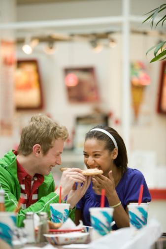 Alışveriş Merkezinin Yemek Katında...  Tehlike:  Minnesota Üniversitesi'nde Pazarlama Profesörü Kathleen Vohs, karar vermek zorunda olmanın insanların iradesini zayıflattığını söylüyor. Alışveriş merkezinde karşına çıkan seçenekler yemek katında seni çok daha savunmasız bırakır.