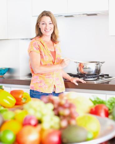 """Evde Yemek Hazırlarken...  Tehlike: Los Angeleslı Diyetisyen Ashley Koff, """"Yemek yaparken tatmanın kalori almak olmadığını düşünmek kolaydır"""" diyor. Duygusal olarak bakarsan iki kasık kurabiye hamurunun lafı edilmez. (Gerçekte ise 500 kaloriden bahsediyoruz.)"""