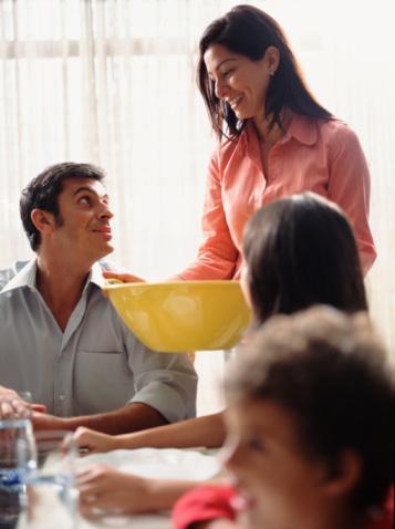 1. Adım: Ev sahibine yardım et.  Tabağını annene ya da teyzene bırakma, kendi servisini kendin yap. Böylece porsiyon açısından sağlıklı bir tabak hazırlayabilirsin.