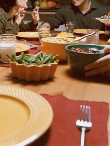 2. Adım: Tabak seçimini yap.   Van Ittersum, yemeğe salatayla başlamanı öneriyor. Ardından ana yemeğin için daha küçük bir salata tabağı alabilirsin (çalışmalar küçük tabaklar kullanıldığında daha az yediğimizi gösteriyor).