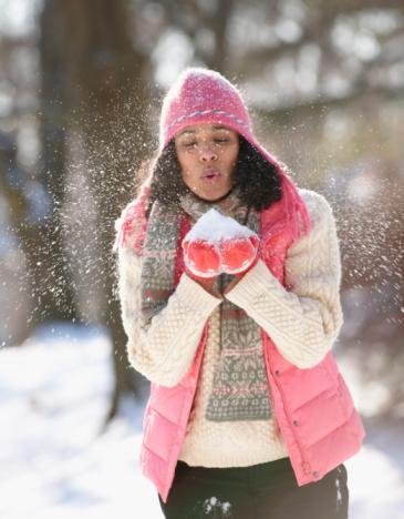 """Çok Üşüdükten Sonra...  Tehlike: Kışın yürüyüş ya da egzersiz yaparken daha fazla kalori almanın seni sıcak tutacağını düşünmek gibi bir hata yapma. American Council on Exercise'dan Psikolog Pete McCalI, """"Tek başına soğuk hava kalori ihtiyacını ciddi oranda arttırmaz"""" diyor."""