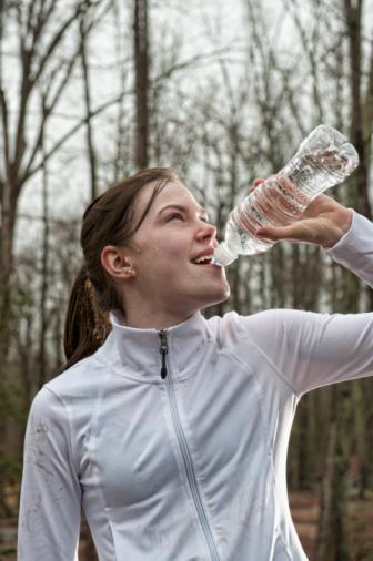 1. Adım: Susuz kalma.  Terlediğin zaman su kaybettiğini düşünüp su içersin. Ancak soğuk havada yapılan aktiviteler sırasında terlemezsin. Bu nedenle su içme isteği oluşmayabilir ve susuz kalman kolaylaşır. Eğer vücudun susuzluğunu açlık olarak algılarsa canının fondu istemesi normaldir. Yanında bir şişe su taşı ve sık sık yudumla.
