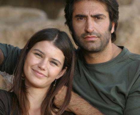 Aşkımızda Ölüm Var adlı diziyle oyunculuğa adım attı Saat. Sonra Aşka Sürgün geldi ardından.