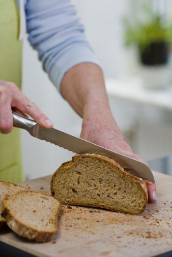 Lifli besinleri arttırın! Lif oranı yüksek besinler midede daha fazla kalarak mide boşalmasını geciktireceği için daha az yemenizi sağlar. Ayrıca lifli besinler, kış aylarında az çalışan barsakların daha hızlı çalışmasına yardımcı olur. Özellikle haftada 1 gün kurubaklagil yemeği tercih edin. Ekmek tercihinizi tam tahıllı, kepekli veya çavdar ekmeğinden yana kullanın.