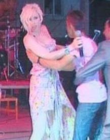 DUDAĞINDAN ÖPMEK İSTEDİ   Ünlü şarkıcı Gülşen de Balıkesir'de katıldığı bir konserde zor anlar yaşadı.