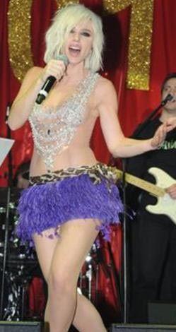 Bir hayranı sahneye fırlayarak güzel şarkıcı dudaklarından öpmeye çalışınca Gülşen de ne yapacağını şaşırdı.