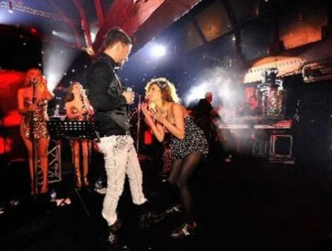 Yılbaşı akşamı Maslak Sheraton Otel'de sahneye çıkan Boz şarkılarıyla hayranlarını coşturdu.