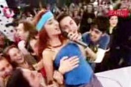 Tam Tilbe şarkısını söylerken seyirciler arasında bulunan bir hayranı arkasından geldi ve ünlü sanatçıya sarıldı.
