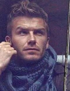 """Milan futbol takımında oynayan İngiliz yıldız David Beckham, Milano'nun merkezinde sokakta gazetecilere demeç verdiği sırada, Le Iene programı muhabiri tarafından """"şaka"""" adı altında elle tacize uğradı."""