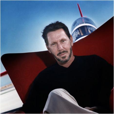 Oracle'ın üst düzey yöneticisi Lawrence Ellison, siyah boğazlı kazağı ve kahverengi blazer model ceketi ağırlıklı olarak tercih ediyor.