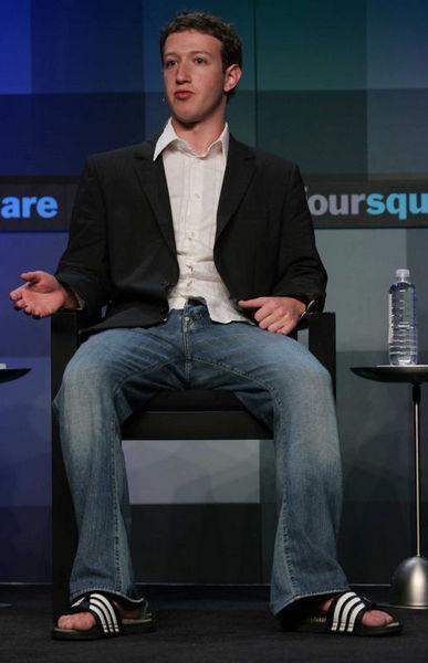 Amerikanın en karlı şirketlerinin patronları ve üst düzey yöneticileri, sadece sosyal ağları, bilgisayarı ve akıllı otomobilleri ile değil, aynı zamanda kravatı ve ceketi bir kenara bıraktıkları kazaklı, kot pantolonlu ve terlikli giyim tarzlarıyla da 21. yüzyılı şekillendiriyorlar. (Habertürk)    Time dergisince ''yılın adamı'' seçilen Facebook'un kurucusu ve tepe yöneticisi Mark Zuckerberg, işe kapüşonlu montu, plaj terlikleri ve kot pantolonu ile gitmeyi tercih ediyor.