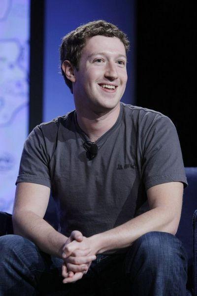 Üst düzey toplantılara ya da tanıtım yemeklerine katılacağı zaman bile montunu ve kotunu üzerinden çıkarmayan Zuckerberg, toplantı öncesi küçük bir değişiklik yaparak terliklerinin yerine spor ayakkabısı giyiyor.