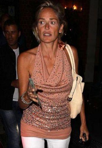 Her zaman güzelliğiyle, ışıltısıyla sayfaları süsleyen Sharon Stone, makyajsız haliyle hayal kırıklığına uğrattı.