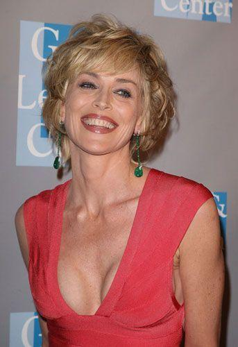 'Temel İçgüdü' filmindeki cesur sahneleri ve oyunculuğuyla hafızalara kazınan Sharon Stone, katıldığı davette tüm dikkatleri üzerine çekmeyi başardı.