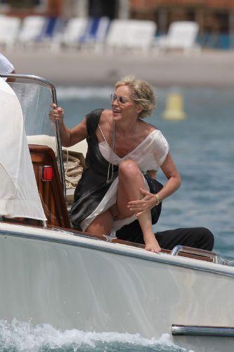 Temel İçgüdü filminin ünlü oyuncusu Sharon Stone, 26 yaş küçük sevgilisi Chase Dreyfous (24) ile Malibu';da görüntülendi.