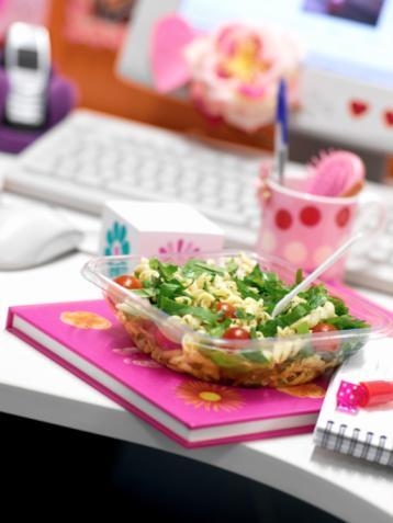 DİYETİN ADI: Masa başı çalışan diyeti Gün boyu yapılan toplantılar, telefon görüşmeleri, masa üzerinde sizi bekleyen onca iş... Bırakın diyet yapmayı, yemek yemeye bile zamanınız yok. Onca saati bazen hareketsiz ve aç geçiriyorsunuz. Siz tipik bir 09.00-18.00 çalışanısınız. Dolayısıyla kalçalarınız giderek büyüyor, vücudunuz yerçekimine karşı koyamıyor. Bu durumda her diyet size uymaz, çalışma düzeninize göre bir diyet planınız olmalı! Diyetisyen Müge Arslan'dan size göre bir diyet programı aldık. Bu tüyolarla iş yaşamınızdaki çalışma performansınızı artırabilir, aldığınız kilolara veda edebilirsiniz.