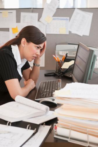 """DİYETİN ADI: Gece çalışan diyeti Hemen her sektörde gece çalışan ve mesaiye kalan birçok kadın var. Bu da ne yazık ki, daha yavaş metabolizma ve fazla kilo demek. Beslenme Uzmanı Nil Şahin Gürhan, bu tip çalışanlar için """"Tersine Diyet"""" programını tavsiye ediyor. Gece çalışanların uyandıkları saati, günün başı olarak belirleyip, en geç bir saat içinde enerji almaları gerektiğini belirten Gürhan, """"Bu şekilde çalışanların gün içerisinde ise, 2-3 saat aralara yemek yemeleri gerekiyor. Sık sık fakat az yemek bu durumda büyük önem kazanıyor"""" diyor."""